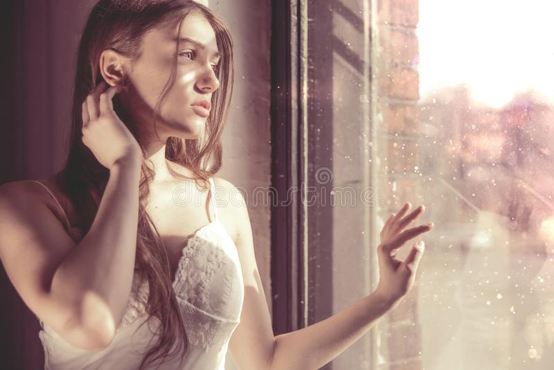 Magisk stående av en ung flicka med en nostalgisk framsida royaltyfria foton