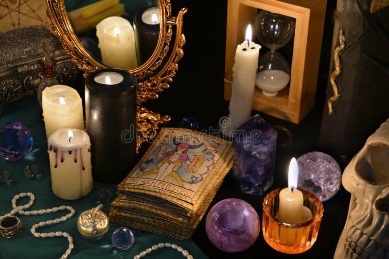 Magisk stilleben med tarokkorten, mirrowen och bränningstearinljusen royaltyfri foto
