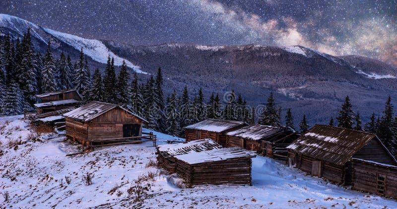 Magisk vintersnö täckte träd och bergbyn för ligganderussia för 33c januari ural vinter temperatur Vibrerande natthimmel med stjä arkivfoto