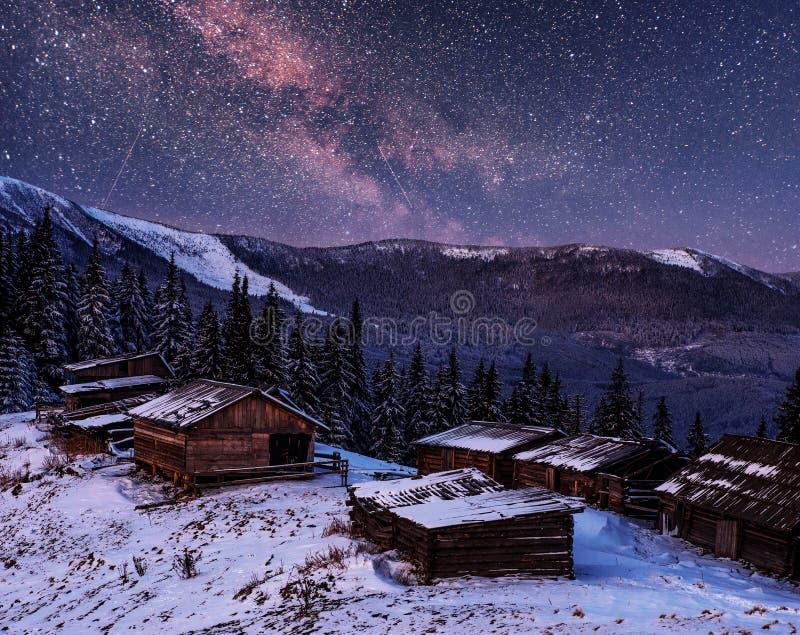 Magisk vintersnö täckte träd och bergbyn för ligganderussia för 33c januari ural vinter temperatur Vibrerande natthimmel med stjä arkivfoton
