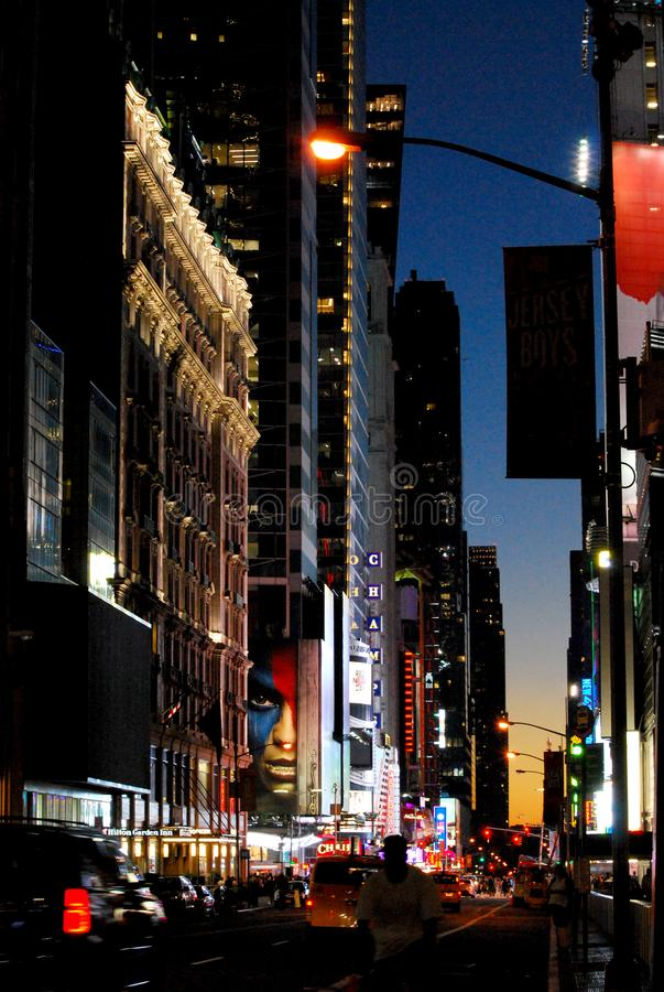 Magiska manhattan med trafik på natten royaltyfri foto
