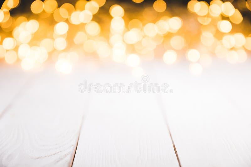 magiska suddiga ljus på vit träyttersida, royaltyfri fotografi