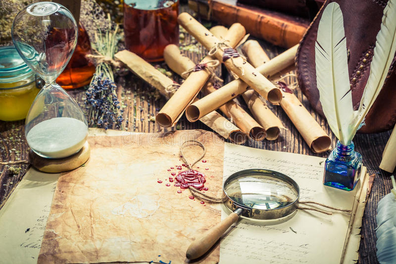 Magiskt häxaarkiv mycket av snirklar och receptet arkivbilder