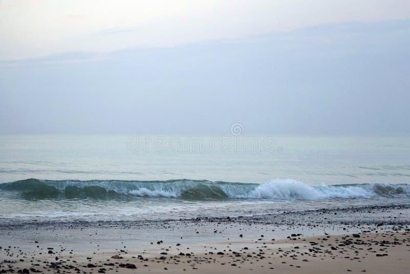 Magiskt hav athwart Morgon horisont över soluppgång Stora ögonblick av en ny dag royaltyfria foton