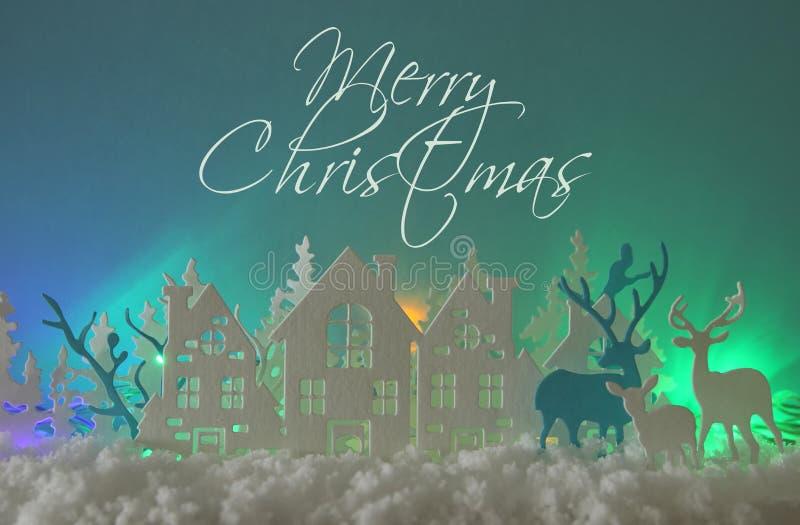 Magiskt landskap för bakgrund för vinter för julpapperssnitt med hus, träd, hjortar och den insnöade framdelen av bakgrund för no stock illustrationer