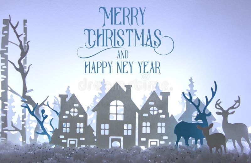 Magiskt landskap för bakgrund för vinter för julpapperssnitt med hus, träd, hjortar och den insnöade framdelen av bakgrund för vi vektor illustrationer