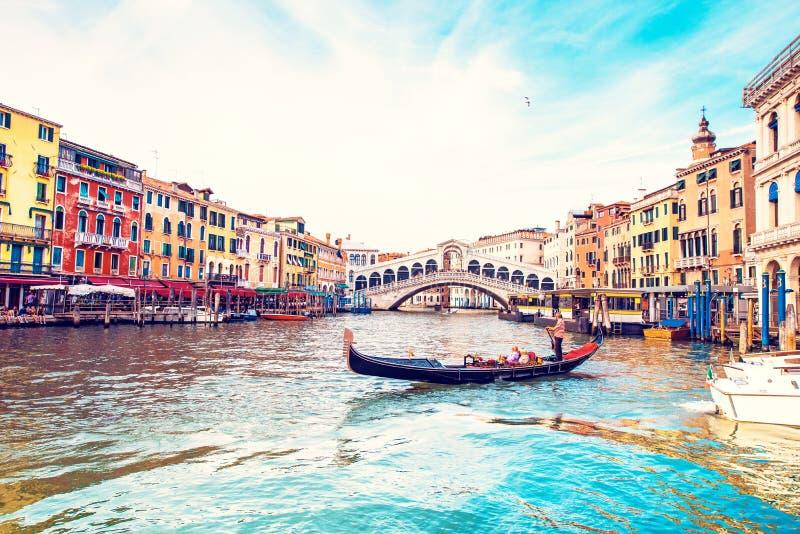 Magiskt landskap med gondolen på Grand Canal i Venedig, Italien Popul?r turist- dragning Underbara upphetsande st?llen royaltyfria foton