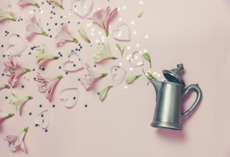 Magiskt vårutseende av flovers och hjärtor från tappningkokkärlet på rosa bakgrund Bästa sikt, lekmanna- lägenhet romantisk vårbi arkivbild