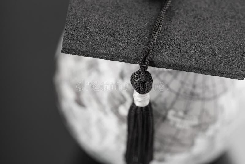 Magisterski nauki za granic? poj?cie, skalowanie nakr?tka na wierzcho?ek ziemi kuli ziemskiej modela mapie na laptopie z Radarowy obraz royalty free