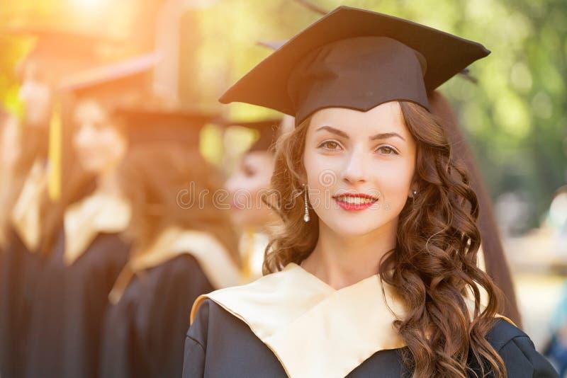 Magistranci jest ubranym skalowanie togę i kapelusz zdjęcie royalty free