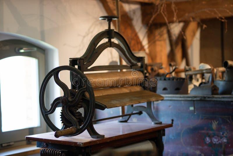 Magle nella vecchia stanza Vecchi accessori domestici per una casalinga fotografie stock