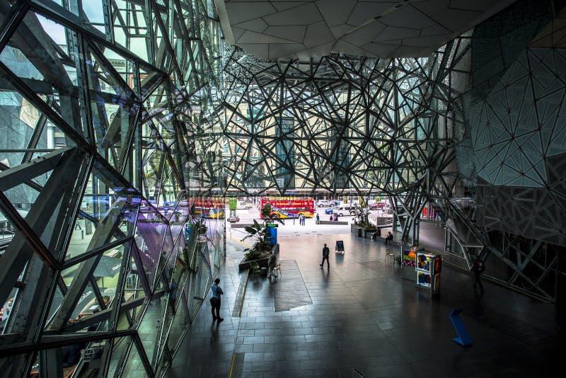 Maglia d'acciaio complessa che costruisce vicino alla città di Melbourne del quadrato di federazione, Victoria, Australia fotografia stock