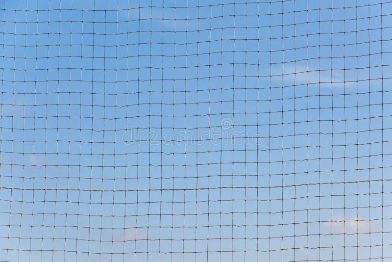 Maglia della corda di una forma rettangolare contro un cielo blu come un fondo o contesto fotografie stock