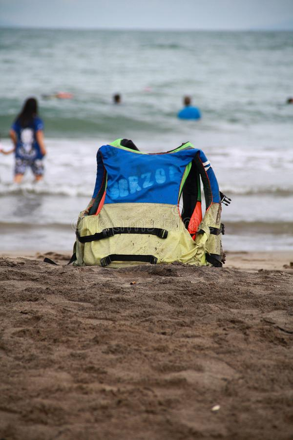 Maglia di vita sulla spiaggia fotografia stock