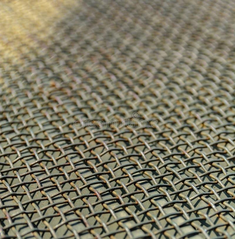 Maglia metallica o griglia del cavo Prospettiva e sfuocatura Priorità bassa industriale fotografie stock