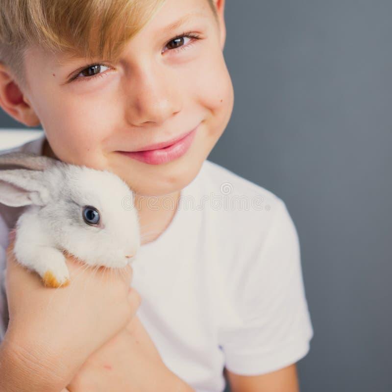 Maglietta bianca del ragazzino e coniglio dwarfish addomesticato fotografia stock libera da diritti