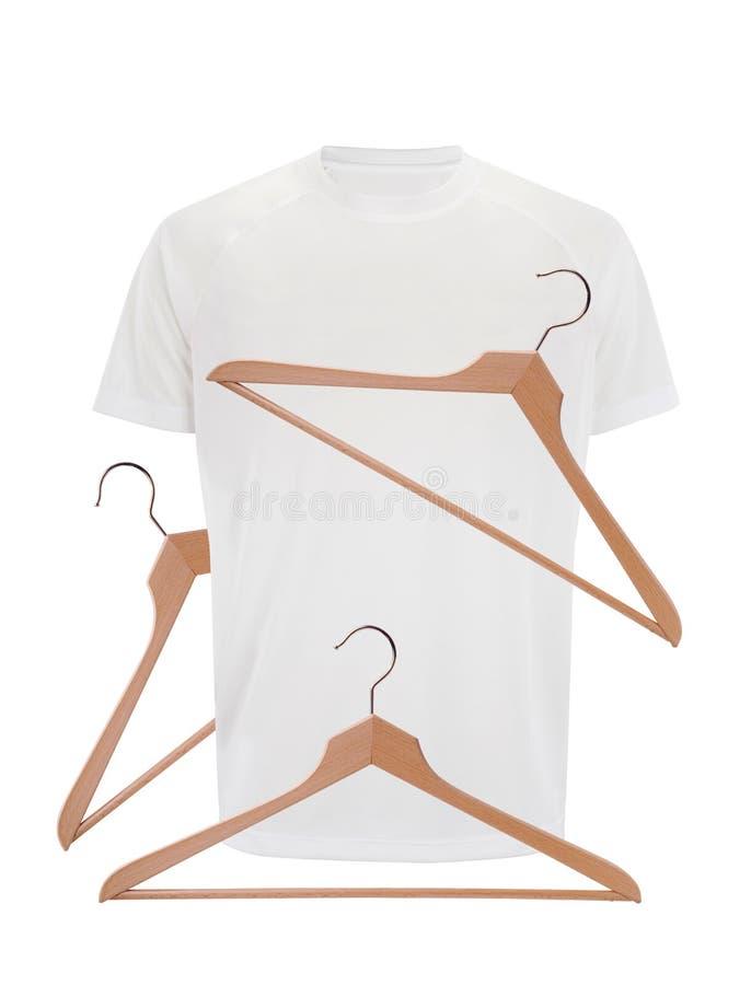 Maglietta bianca e ganci di legno isolati su bianco fotografia stock