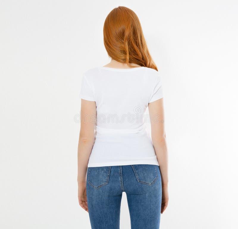 Maglietta bianca su una ragazza sorridente: vista posteriore Donna rossa dei capelli con derisione vuota della maglietta su fotografia stock libera da diritti