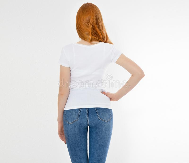 Maglietta bianca su una ragazza sorridente: vista posteriore Donna rossa dei capelli con derisione vuota della maglietta su immagini stock libere da diritti