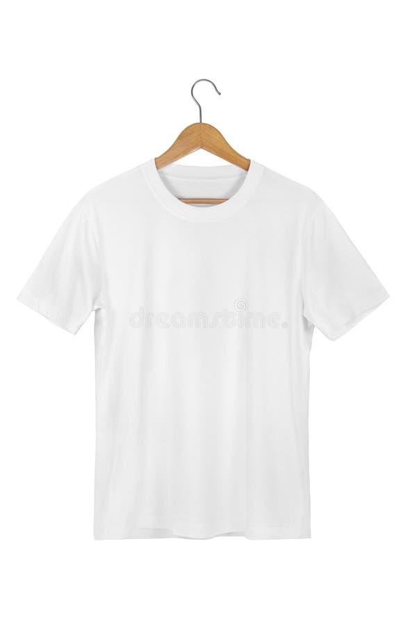 Maglietta in bianco bianca del cotone con il gancio di legno isolato su bianco immagini stock