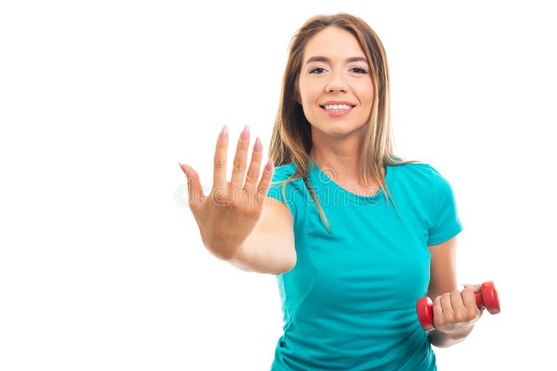 Maglietta d'uso della giovane ragazza graziosa che mostra numero cinque con finge immagini stock