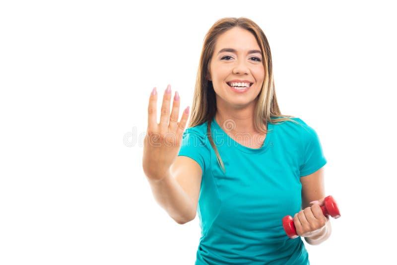 Maglietta d'uso della giovane ragazza graziosa che mostra numero quattro con finge fotografia stock libera da diritti