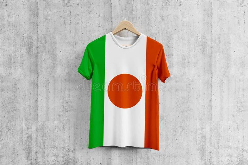 Maglietta della bandiera del Niger sul gancio, idea uniforme di progettazione del gruppo nigeriano per produzione dell'indumento  royalty illustrazione gratis