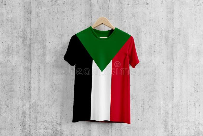 Maglietta della bandiera del Sudan sul gancio, idea uniforme di progettazione del gruppo sudanese per produzione dell'indumento U illustrazione vettoriale
