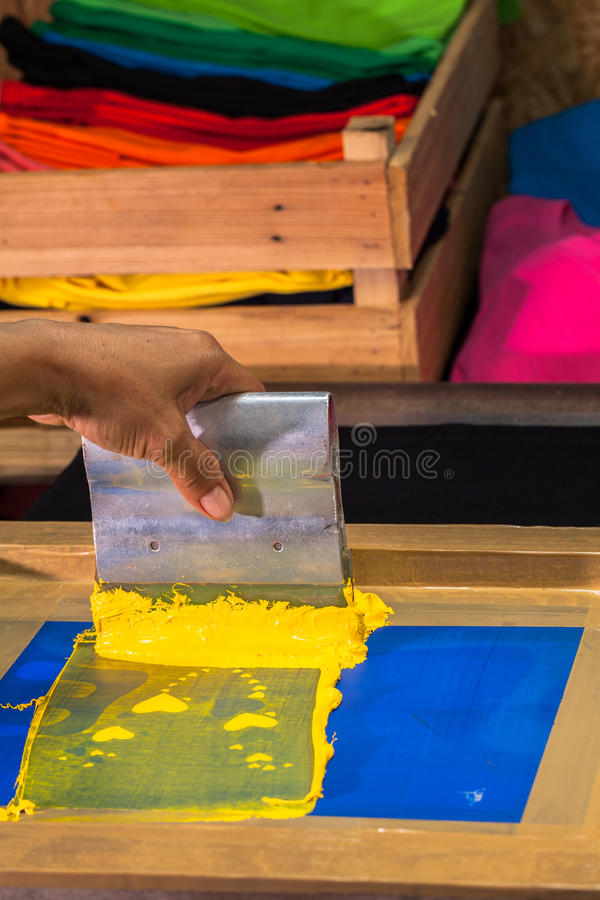 maglietta di stampa dello schermo nella progettazione di amore con colore giallo fotografie stock libere da diritti