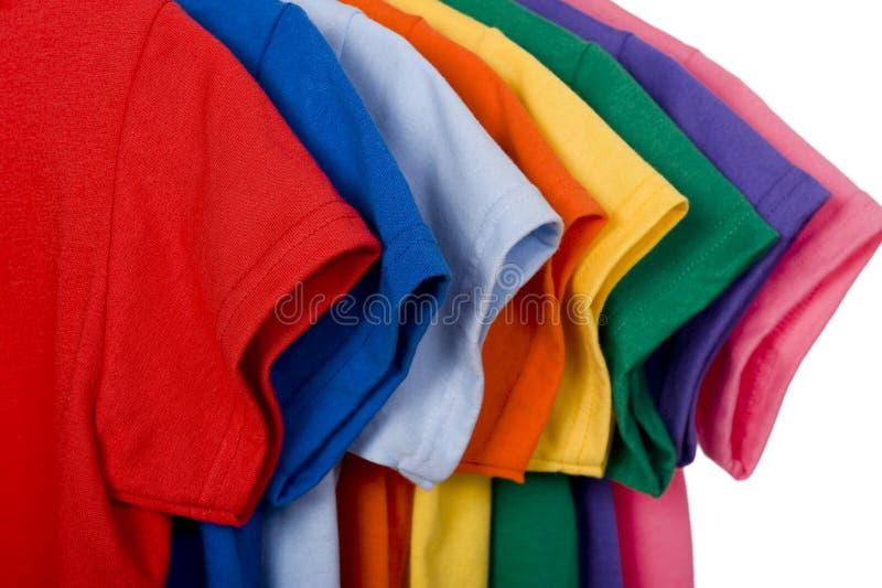 Magliette variopinte su bianco fotografia stock