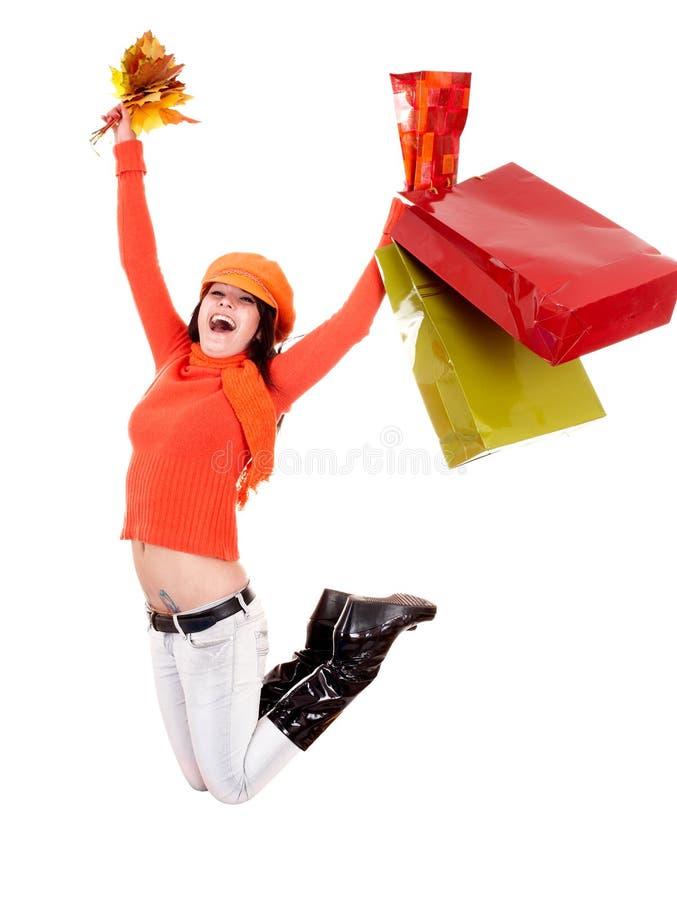 Maglione arancione di autunno della ragazza, foglio, salto del sacchetto del negozio fotografia stock libera da diritti