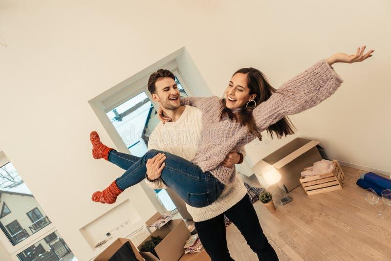 Maglione bianco d'uso di amore dell'uomo che si preoccupa la sua moglie in mani fotografia stock libera da diritti