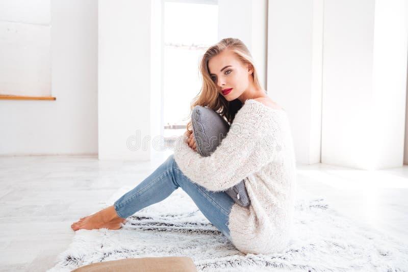 Maglione d'uso della bella donna affascinante e rossetto rosso fotografie stock libere da diritti