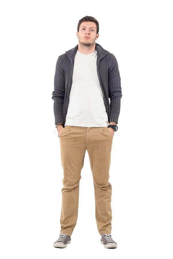 Maglione d'uso dello zip dell'uomo casuale sopra la camicia bianca che posa con le mani in tasche fotografia stock