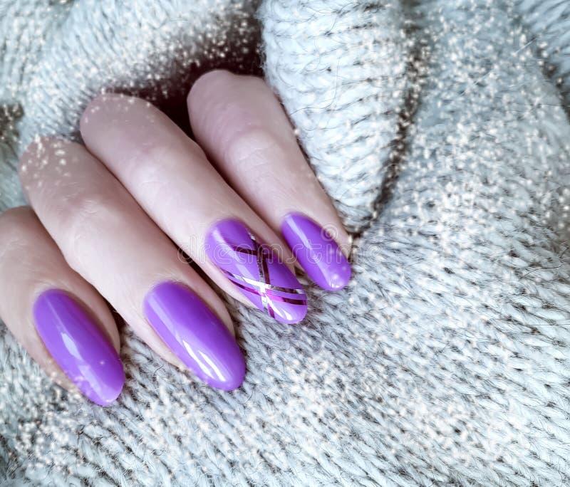 Maglione femminile del manicure della mano, inverno, modo fotografia stock