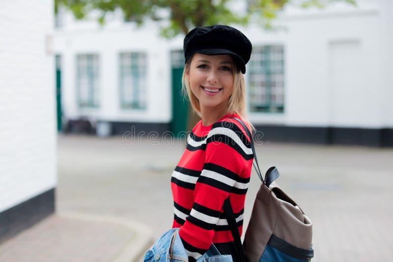 Maglione rosso della ragazza, in cappello alle vie di Bruges, immagini stock libere da diritti