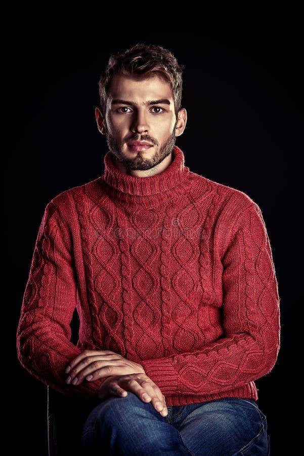 Maglione rosso maschio fotografia stock libera da diritti