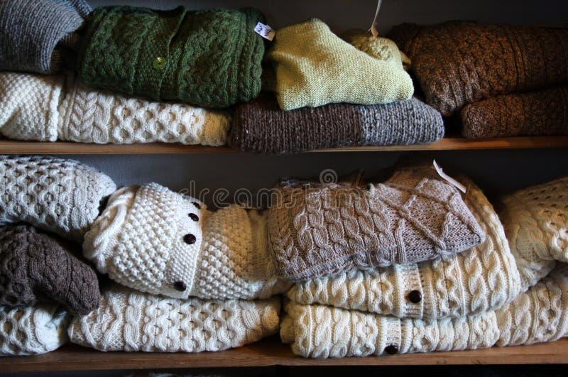 Maglioni naturali della lana di colori immagini stock