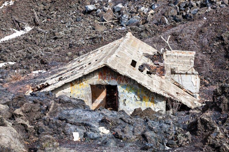 Magma hus som överväldigas av lava ointressant klimatkatastrof naturliga thailand arkivfoto