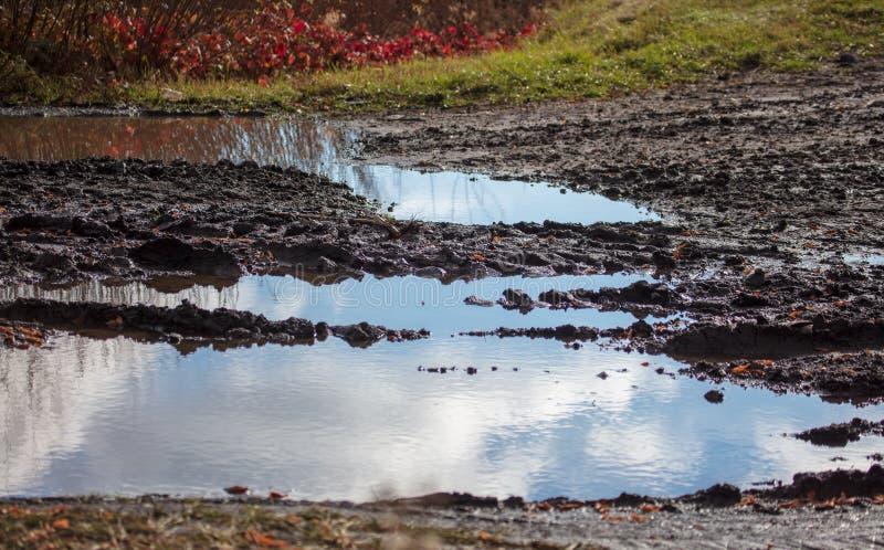 Magma sur une route boueuse en automne photographie stock