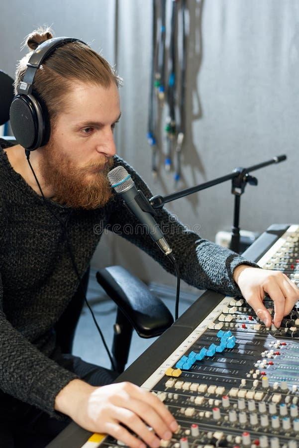 Magnétophone professionnel dans le studio photo libre de droits