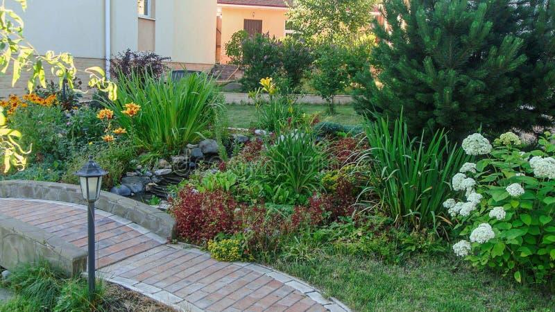 Magníficas vistas al exterior de un jardín privado. Diseño paisajístico denominado deslizamiento alpino. Cascada decorativa, imagen de archivo