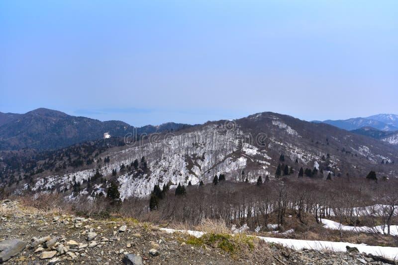 Magnífico paisaje con nieve restante foto de archivo
