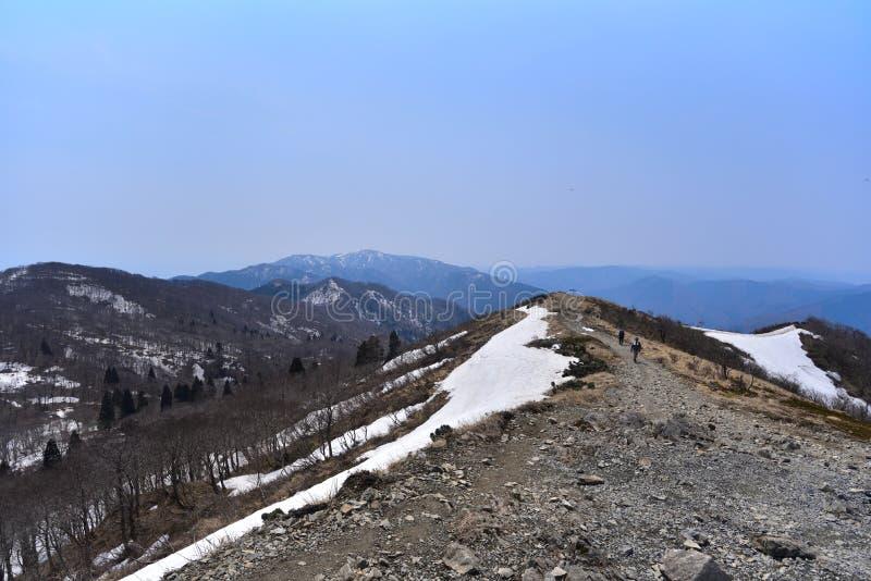 Magnífico paisaje con nieve restante fotos de archivo libres de regalías