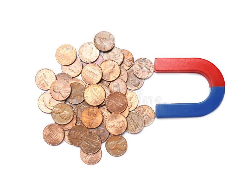 Magneet die muntstukken op witte achtergrond aantrekken Bedrijfs concept stock fotografie