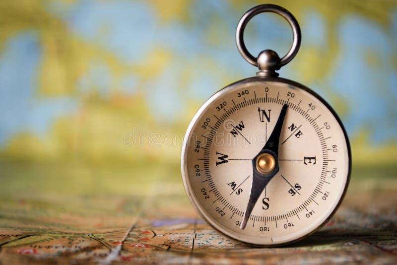 Magnesowy kompas na światowej mapie obraz stock