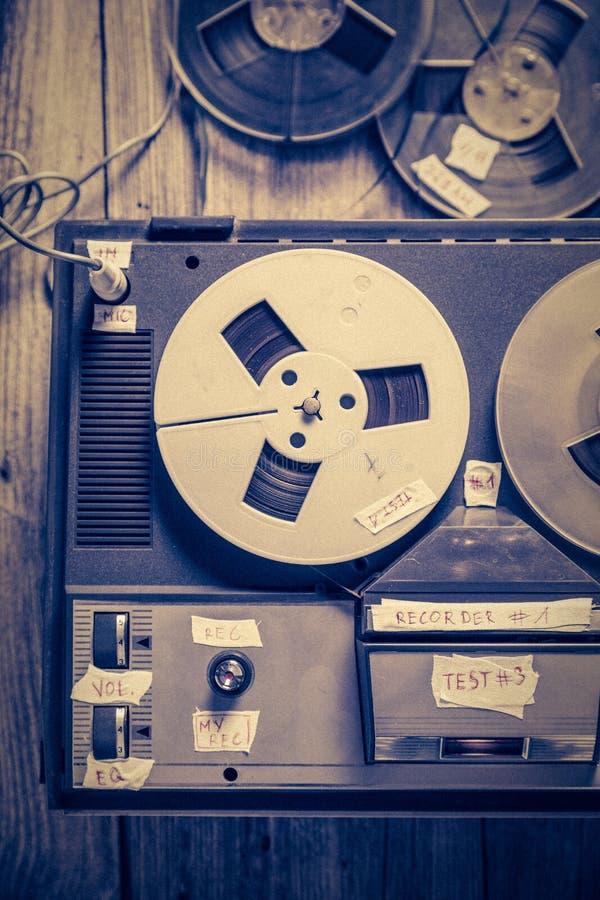 Magnetband- für Tonaufzeichnungenrecorder der Weinlese mit Mikrofon und Rolle des Bands lizenzfreie stockfotografie