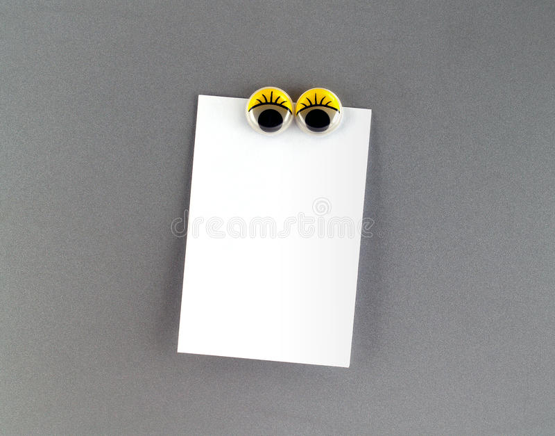 Magnete del frigorifero degli occhi delle donne e nota in bianco immagini stock