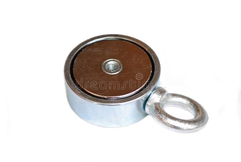 Magnete del neodimio di ricerca con il bullone dell'occhiello per il fissaggio della corda su un fondo bianco fotografia stock