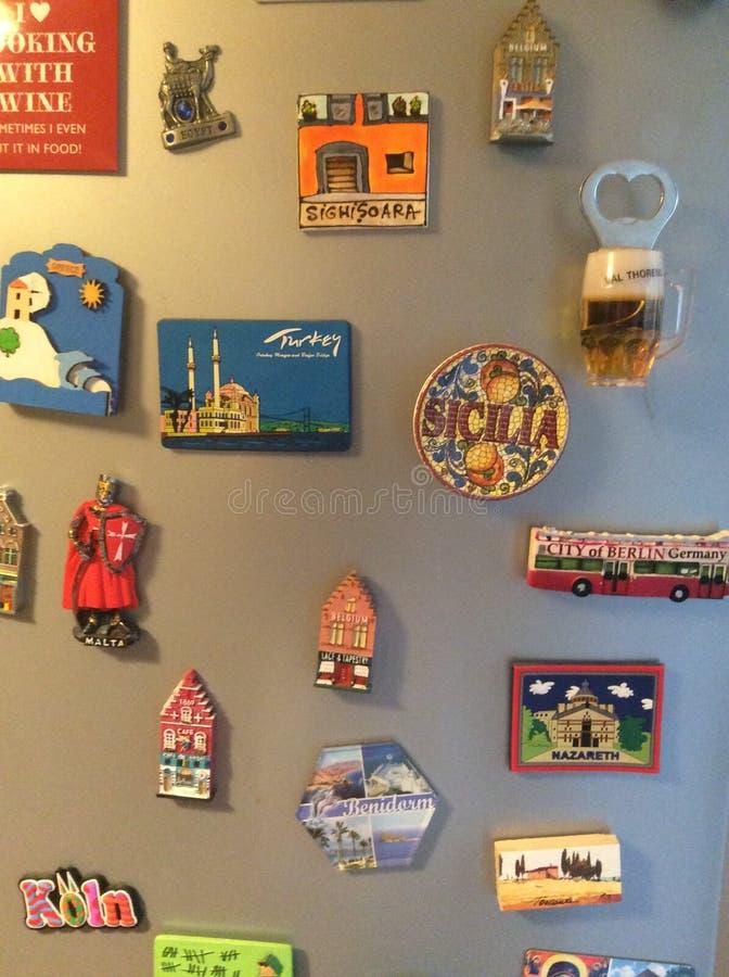 Magneten auf Kühlschrank lizenzfreie stockfotos